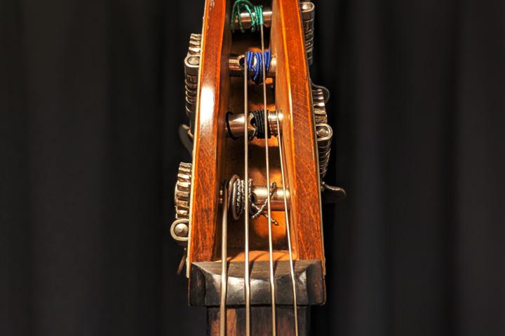 ウッドベースの、とある弦だけ音の抜けが悪い時に疑ってみること – ヘッドの弦の巻き方編