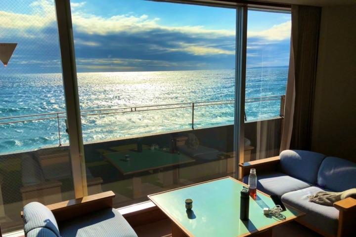 東京から3時間、オーシャンビュー&インフィニティ風呂の旅館で贅沢にだらだらと過ごす